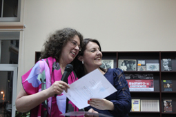Александра Маринина награждает победителей проекта «Хочу книгу в подарок»